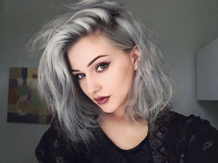 chica con tinte gris en su cabello