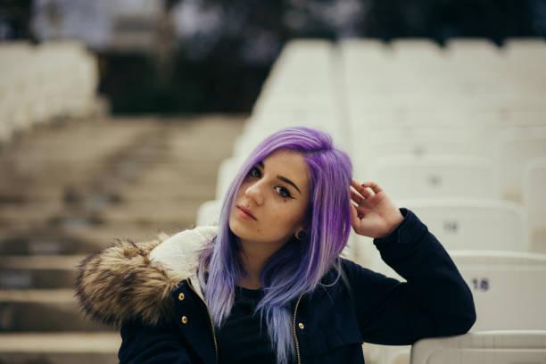 chica con cabello lila