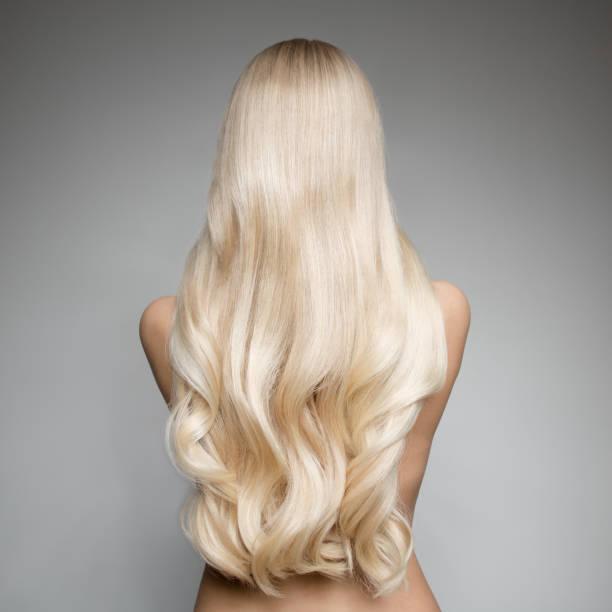 chica con cabello platinado